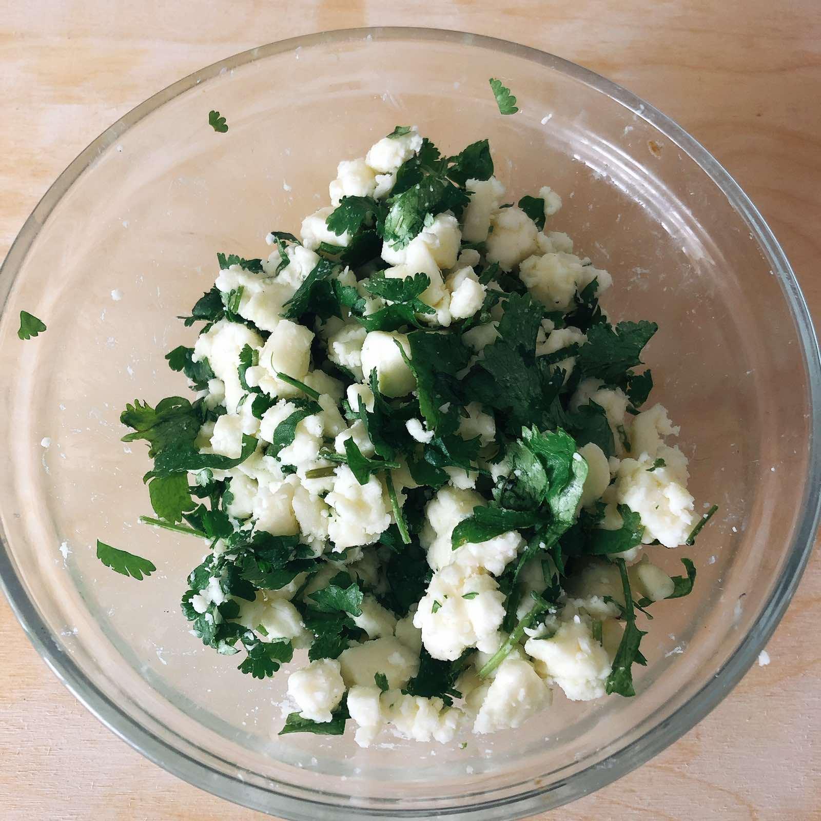 лепёшки на кефире на сковороде с сыром и зеленью